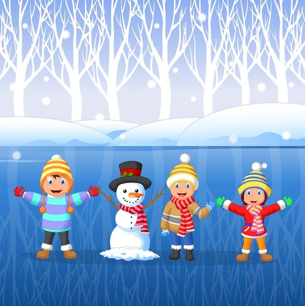 Ninos De Dibujos Animados Jugando En La Nieve En Invierno
