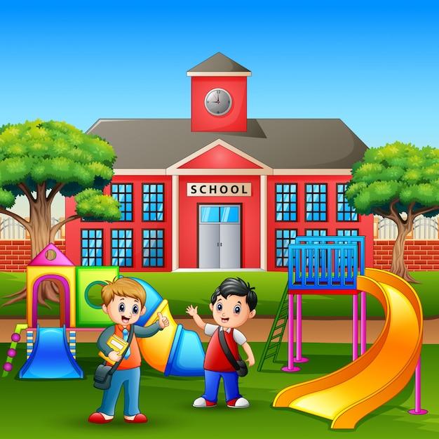 Niños de dibujos animados jugando en el patio de recreo después de la escuela Vector Premium