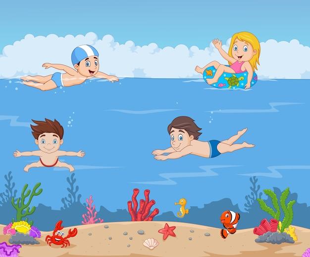 Niños De Dibujos Animados Nadando En El Océano Tropical