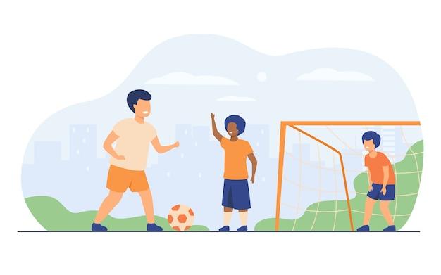 Los niños felices activos que juegan al fútbol al aire libre aislaron el ejemplo plano del vector. niños de dibujos animados jugando al fútbol, corriendo y pateando la pelota en el patio de recreo. vacaciones de verano y juego deportivo. vector gratuito