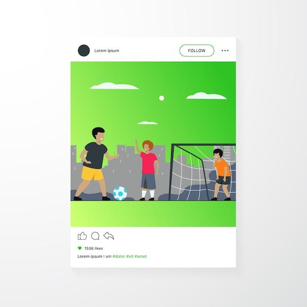 Los niños felices activos que juegan al fútbol al aire libre aislaron el ejemplo plano del vector. niños de dibujos animados jugando al fútbol, corriendo y pateando la pelota en el patio de recreo vector gratuito