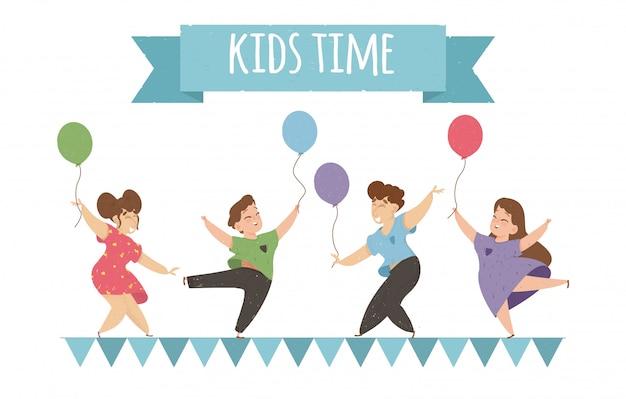 Niños felices bailando y saltando con globos. Vector Premium