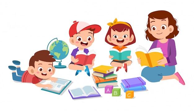 Niños felices estudiando junto con su maestra Vector Premium