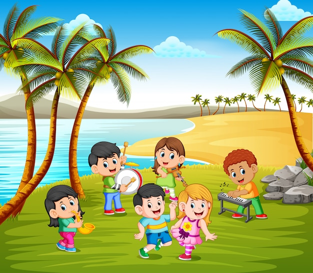 Niños felices tocando en banda en la playa Vector Premium