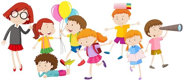 Niños haciendo diferentes actividades. vector gratuito