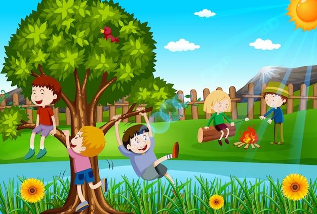 Niños jugando y acampando en el parque. vector gratuito