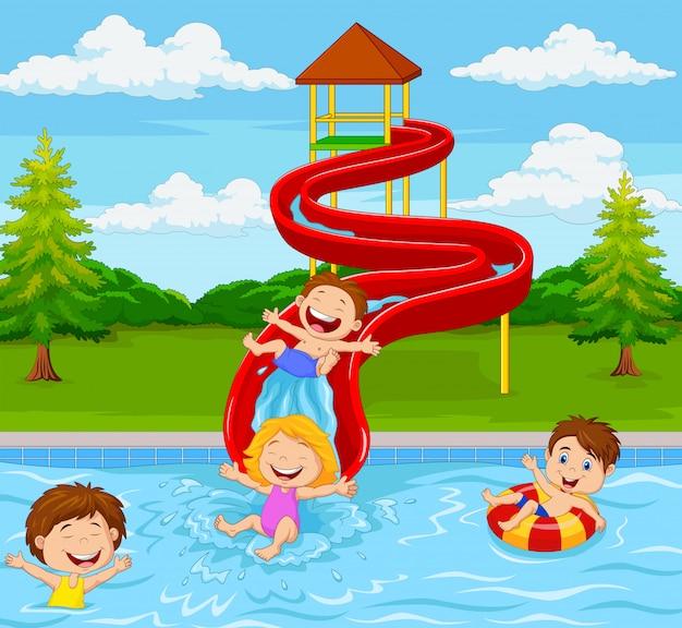 Niños jugando en el parque acuático Vector Premium