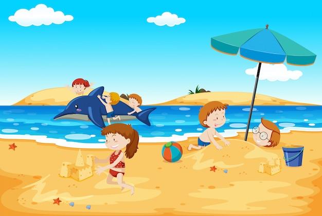 Niños jugando en la playa Vector Premium