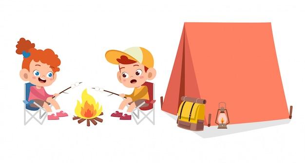 Niños lindos felices en el campamento Vector Premium