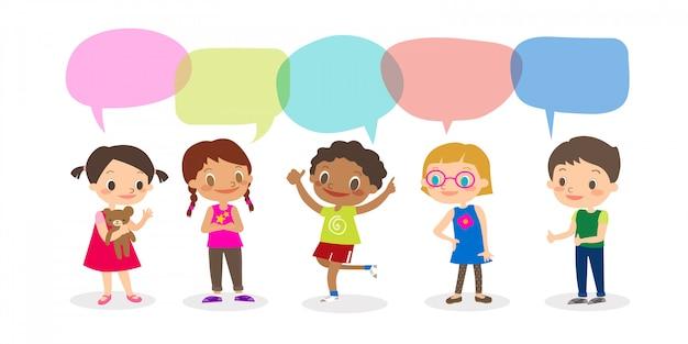 Niños multirraciales con burbujas de discurso, conjunto de niños diversos y diferentes nacionalidades con burbujas de discurso aisladas sobre fondo blanco, niños que comparten el concepto de idea. vector ilustración de dibujos animados Vector Premium