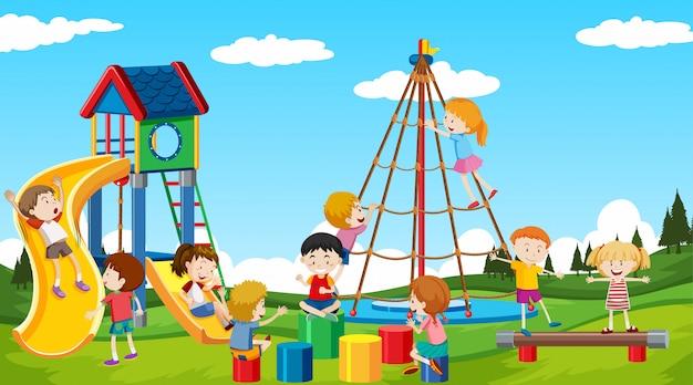 Niños y niñas activos jugando deportes y actividades divertidas afuera vector gratuito