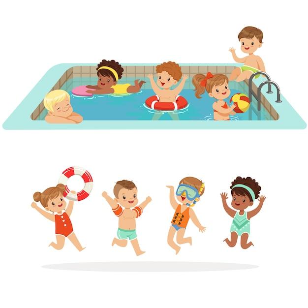 Niños pequeños que se divierten en el agua de la piscina con flotadores y juguetes inflables en traje de baño colorido conjunto de personajes de dibujos animados lindos felices Vector Premium
