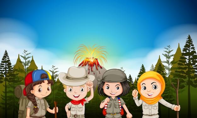 Niños en traje de senderismo por el volcán. vector gratuito