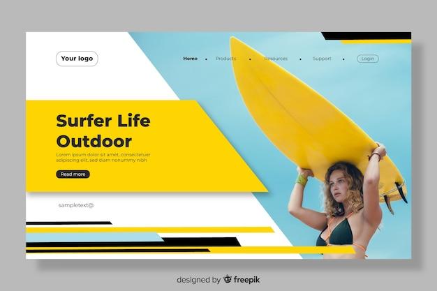 Página de aterrizaje con mujer surfista vector gratuito