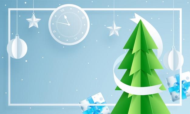 Papel cortado estilo árbol de navidad con reloj de pared, cajas de regalo, adornos colgantes y estrellas decoradas Vector Premium