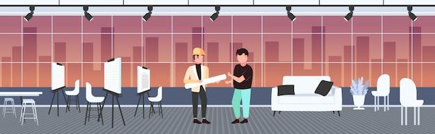 Pareja de arquitectos con planos enrollados discutiendo nuevos ingenieros de proyecto equipo industria de la construcción concepto moderno dibujante estudio interior banner horizontal integral Vector Premium