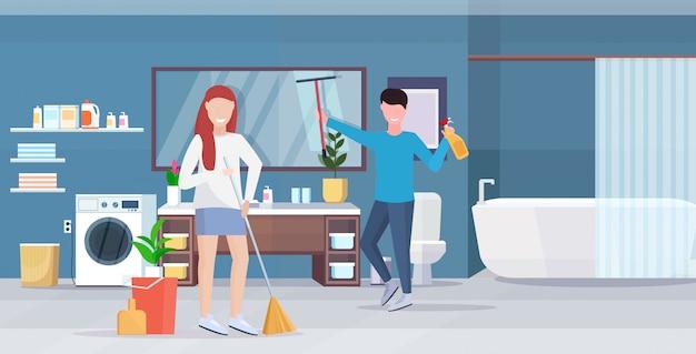 Pareja haciendo tareas domésticas juntos hombre limpiando ...