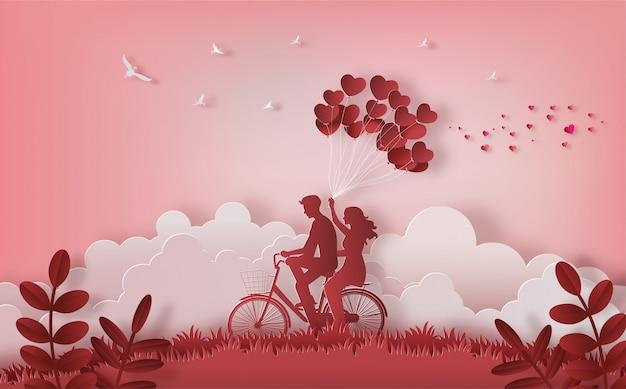 Pares felices que montan a lo largo en la montaña con una mano que sostiene los globos en forma de corazón. Vector Premium