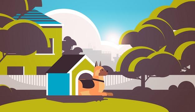 Pastor alemán descansando en la caseta del perro en el patio trasero amigo humano mascota concepto de dibujos animados de fondo de paisaje animal horizontal Vector Premium