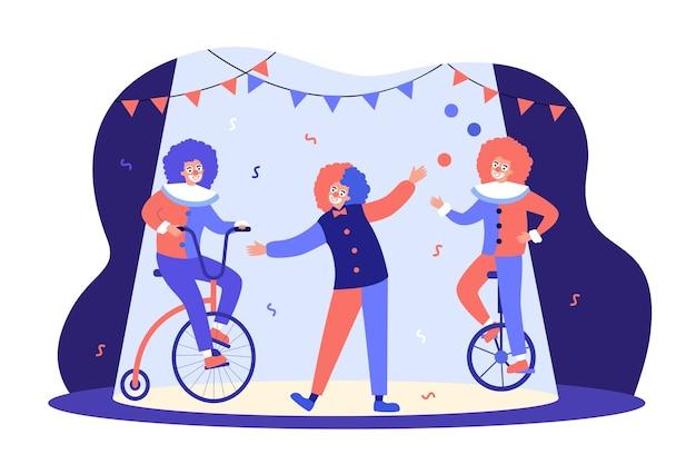 Payasos actuando en la arena del circo, andar en bicicleta, malabarista en equilibrio sobre monociclo. Vector Premium