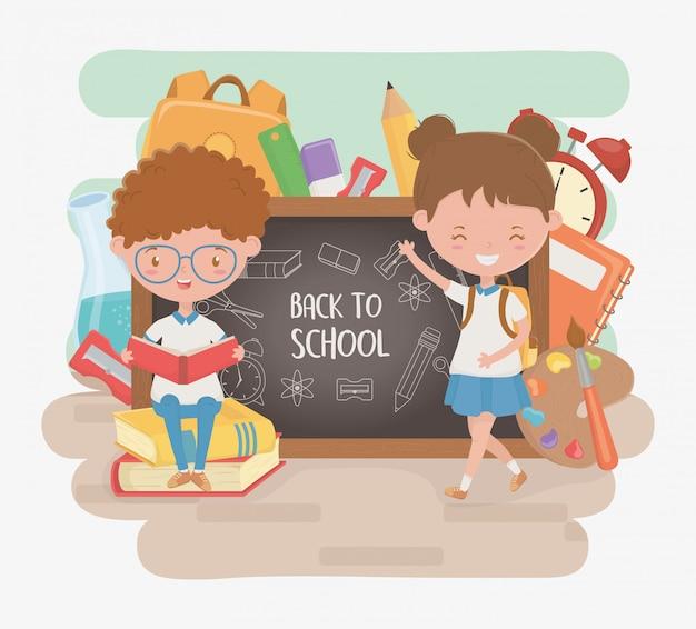 Pequeños estudiantes pareja con pizarra y útiles escolares vector gratuito