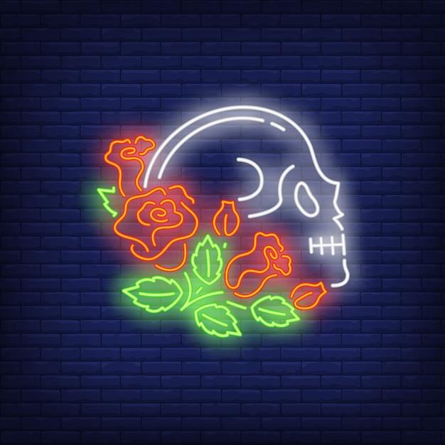 Perfil de calavera en letrero de neón de rosas. vector gratuito
