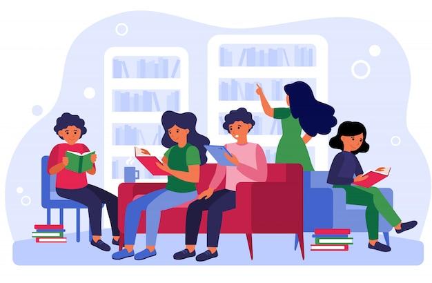 Personas estudiando y aprendiendo en la sala vector gratuito