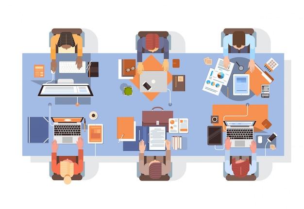 Personas que usan computadoras empresarios lugar de trabajo escritorio vista de ángulo superior trabajo en equipo Vector Premium