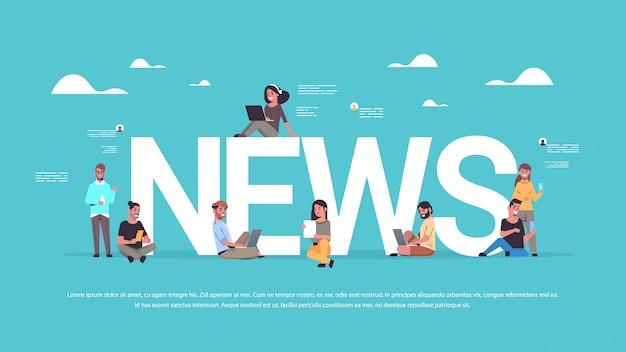 Personas que utilizan dispositivos digitales hombres mujeres leyendo noticias diarias comunicación medios de comunicación concepto de prensa Vector Premium