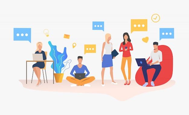 Personas que utilizan dispositivos digitales en una oficina moderna. vector gratuito