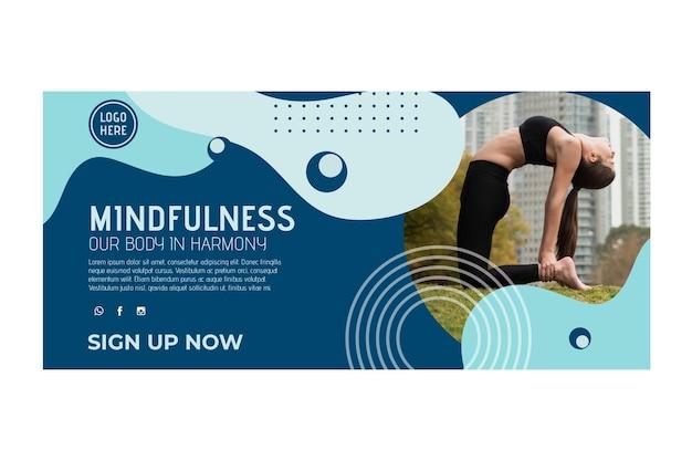 Plantilla de banner horizontal de clase de yoga con foto vector gratuito
