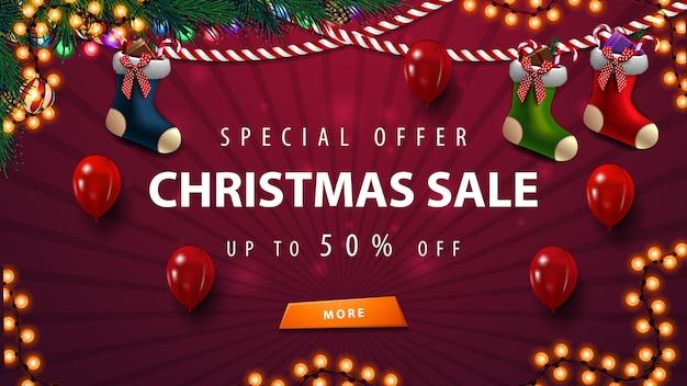 Plantilla de banner de venta púrpura de navidad con guirnaldas, globos y medias navideñas Vector Premium