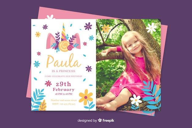 Plantilla de invitación de cumpleaños con foto vector gratuito