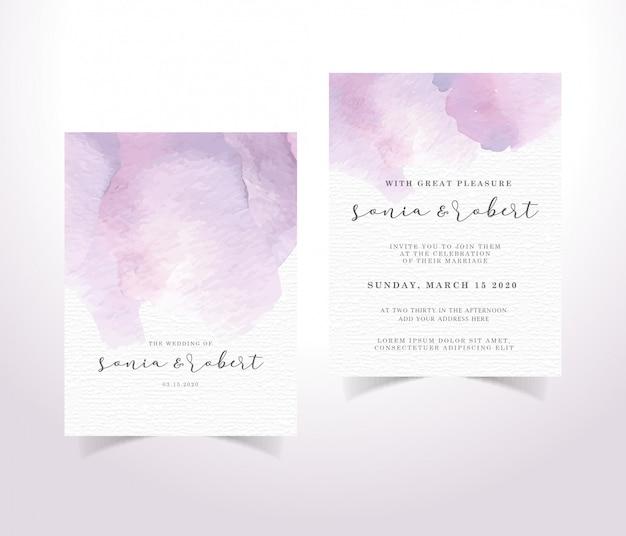 Plantilla de tarjeta de invitación acuarela con pinceladas púrpuras Vector Premium