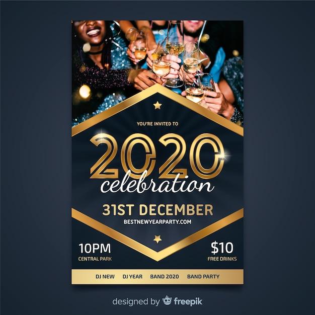 Plantilla de volante para el nuevo año 2020 con personas bebiendo champaña vector gratuito