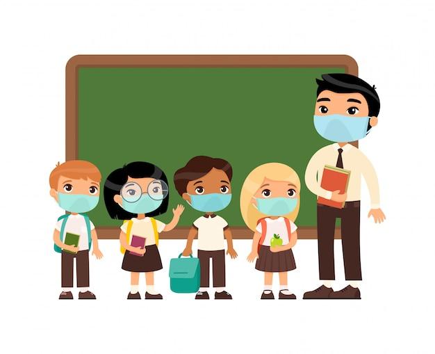 Profesor asiático y alumnos internacionales con máscaras protectoras en sus rostros. niños y niñas vestidos con uniforme escolar y maestro. protección contra virus respiratorios, concepto de alergias. vector gratuito