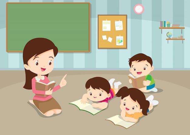 Profesor enseñando libros de lectura para niños lindos Vector Premium