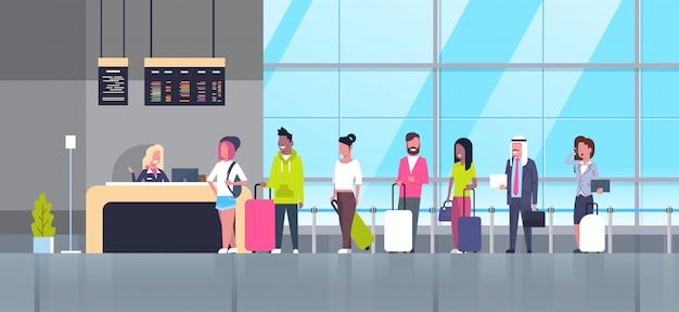 Regístrese en el grupo de aeropuertos de los pasajeros de la carrera mixta que se colocan en la cola del mostrador, concepto de tablero de salidas Vector Premium