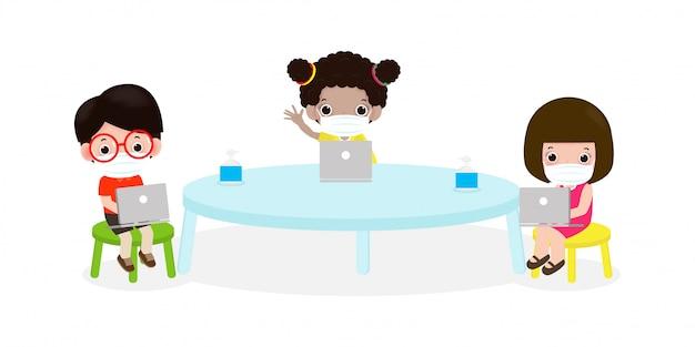 Regreso a la escuela para un nuevo estilo de vida normal distanciamiento social en la sala de clase concepto, consejos de prevención infografía coronavirus 2019 ncov. niños pequeños y laptop y tablet pc y con máscara en el aula Vector Premium