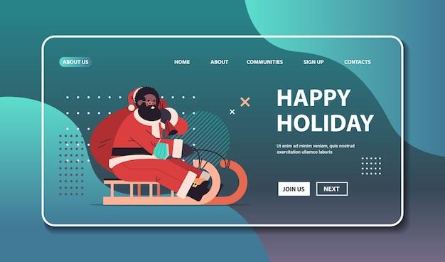Santa afroamericano en máscara protectora montando trineo feliz año nuevo feliz navidad vacaciones concepto de celebración espacio de copia horizontal ilustración vectorial Vector Premium