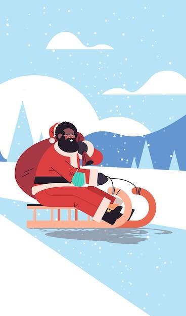 Santa afroamericano con máscara trineo feliz año nuevo feliz navidad vacaciones concepto de celebración paisaje de invierno fondo vertical ilustración vectorial Vector Premium