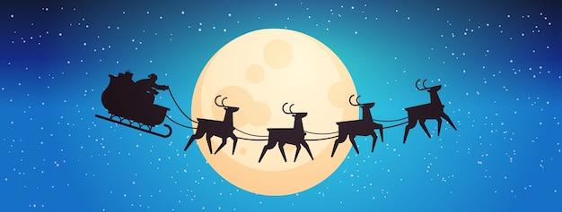Santa volando en trineo con renos en el cielo nocturno sobre la luna feliz año nuevo feliz navidad banner vacaciones de invierno concepto horizontal ilustración vectorial Vector Premium