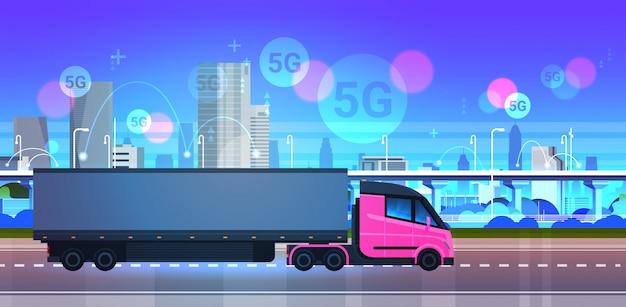 Semi camión remolque conducción city road 5g sistema de conexión inalámbrica en línea concepto moderno paisaje urbano fondo entrega urgente logística transporte horizontal Vector Premium