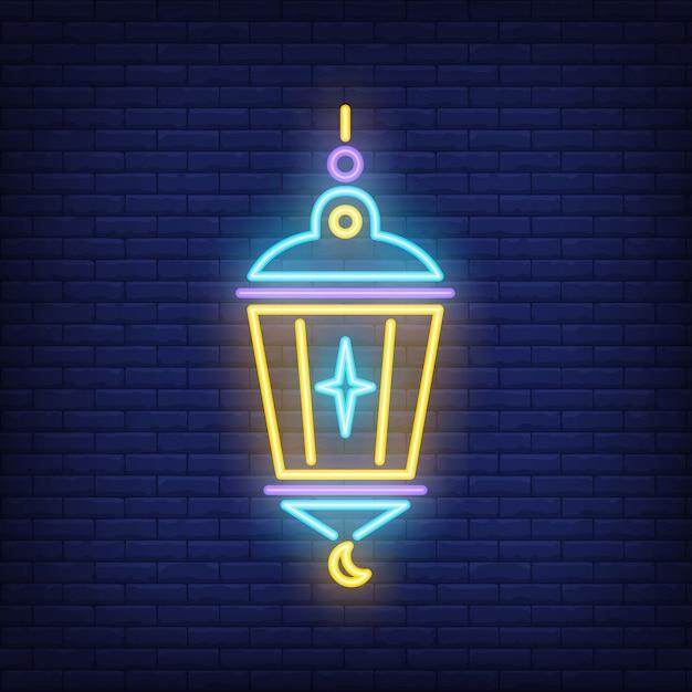 Signo de neón linterna islámica. lámpara con estrella y media luna en el fondo oscuro de la pared de ladrillo vector gratuito