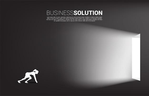 Silueta de empresaria lista para salir de una puerta. concepto de inicio de carrera y solución de negocios. Vector Premium