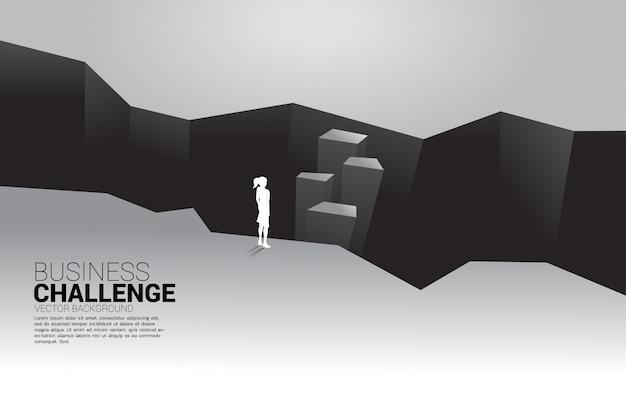 Silueta de empresaria de pie en el valle. concepto de desafío empresarial y coraje hombre Vector Premium