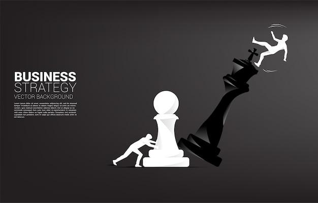Silueta del empresario empujar pieza de ajedrez peón para jaque mate al rey con caer empresario. Vector Premium