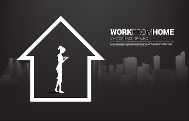 Silueta de mujer usar teléfono móvil en casa con fondo de ciudad. concepto para trabajo remoto desde casa y tecnología. Vector Premium