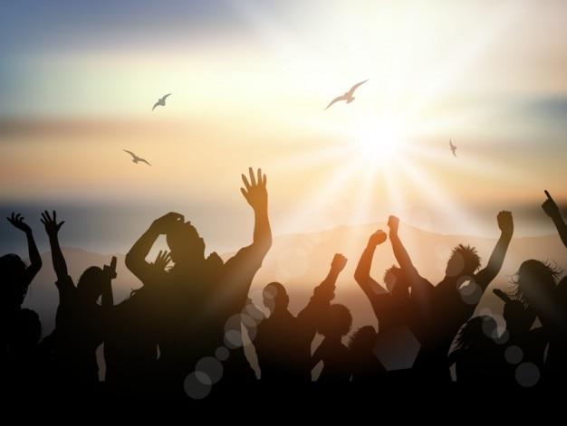 Silueta de multitud de gente en un festival veraniego vector gratuito