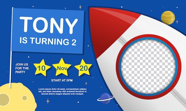 Tarjeta de invitación de fiesta de cumpleaños para niños con lugar para imagen en cohete Vector Premium